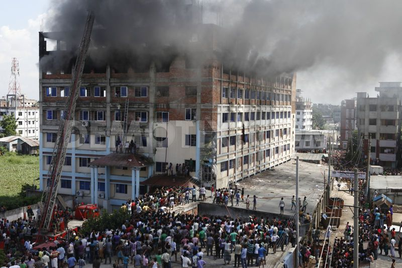 1379235043-fire-breaks-out-at-nandipara-sisil-garments-factory-in-dhaka_2682730
